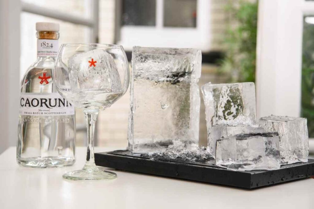 Caorunn Gin with ice cubes